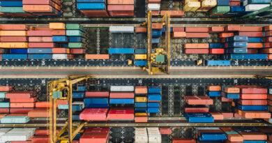 Conteneurs dans le terminal d'un port maritime