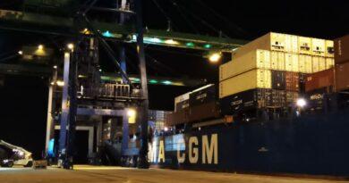 Manutention du navire de CMA CGM au port d'Owendo